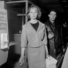 Brigitte Bardot et Jacques Charrier en mars 1960  à l'aéroport de Paris, en partance pour Lisbonne où Brigitte va tourner La femme et le Pantin