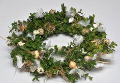Easter Wreath Christmas Window Boxes, Christmas Diy, Christmas Wreaths, Table Flower Arrangements, Creative Workshop, Easter Wreaths, Decoration, Floral Wreath, Holiday Decor
