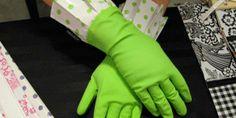 De groene Gloveables met stip in actie! Te koop op www.funables.nl. Housewife, Gloves, Dish, Pretty, Stay At Home Mom, Plate