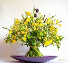 Flower Centerpieces, Flower Decorations, Flower Arranging Courses, Modern Flower Arrangements, Meadow Flowers, Japanese Flowers, Bunch Of Flowers, Arte Floral, Floral Bouquets