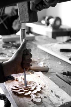 Artista trabajando en madera.