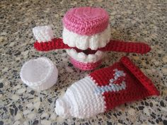 Toothbrush-Set and False Teeth Jacqueline of knutsel-mam (craft mom) shared these clever crocheted toothbrush, toothpaste, and false teeth.Jacqueline of knutsel-mam (craft mom) shared these clever crocheted toothbrush, toothpaste, and false teeth. Crochet Diy, Crochet Food, Crochet Gifts, Crochet Mandala, Amigurumi Doll, Amigurumi Patterns, Crochet Patterns, Crochet Mignon, Confection Au Crochet