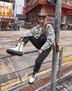 Doc Martens have been in style for almost 60 years, discover what made them so popular. We also discuss how to wear them in style! Dr Martens Outfit, Doc Martens Style, Combat Boot Outfits, Winter Boots Outfits, Combat Boots, Outfit Winter, Outfit Summer, Image Fashion, Fashion Models