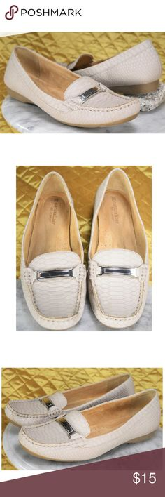 Women's Naturalizer N5 Comfort Loafers Size 8 M These are in excellent condition! Some wear within the insoles. Please see all photos! :)  **If you appreciate old school quality - you're in the right place. We don't just sell products, we put time & work into them. We ship FAST, usually within 1 business day! Thanks for Poshing in my Closet! 🙂😘 Naturalizer Shoes Flats & Loafers