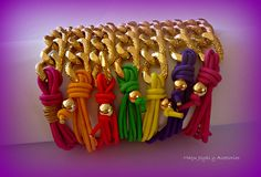 Pulseras Hechas con cadenas y cordón elástico.