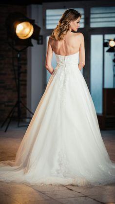 Kollektion 2021 Brautkleid 6706 von DMY. Noch mehr wunderschöne #brautkleider findest Du bei #boesckens in Erkelenz. Wir freuen uns auf Dich und Deine Bridalgang! Chiffon, Silhouette, Wedding Dresses, Fashion, Gown Wedding, Marriage Dress, Beautiful Models, Line, Bridle Dress