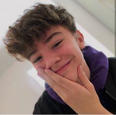 Boys With Curly Hair, Curly Hair Men, Curly Hair Styles, Young Cute Boys, Cute Teenage Boys, Beautiful Boys, Pretty Boys, Hot Skater Boys, Teenage Boy Fashion