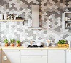 Skandynawska kuchnia z mozaiką i drewnem oraz okapem Divida Inox marki GLOBALO - zdjęcie od Okapy kuchenne - homebook