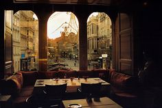 Julius Meinl am Graben café en Viena, Austria / photo by Vanessa Arn Coffee Shops, Oh The Places You'll Go, Places To Visit, Life Is Beautiful, Beautiful Places, Bar Deco, Big Windows, Arched Windows, Cafe Restaurant