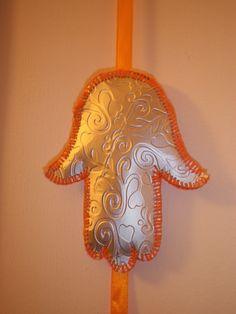 Fita decorativa com Mão de Fátima. Materiais: muito amor e carinho, pacote de leite, algodão, linha e fita.