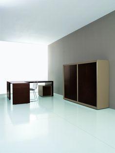 Ante battenti, rivestite in essenza di legno di 19mm di spessore, placcate e contro placcate in laminato spessore 20mm, in vetro retro verniciato spessore 5mm, con telaio in alluminio spessore 20mm.