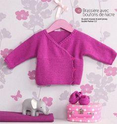 Brassière avec boutons de nacre et petits chaussons salomé du blog de famili.fr - free Knitting For Kids, Baby Knitting Patterns, Knitting Designs, Baby Patterns, Knit Or Crochet, Crochet For Kids, Crochet Baby, Tricot Baby, Pull Bebe