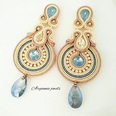 Earring totally handmade with soutache, crystal , strass chain, czech perles and a glass drop. Soutache Pendant, Soutache Necklace, Beaded Earrings, Beaded Jewelry, Handmade Gifts For Girlfriend, Christmas Gifts For Girlfriend, Bead Embroidery Jewelry, Beaded Embroidery, Shibori