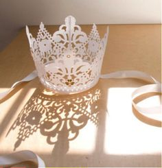 Billedresultat for prinsessekrone origami Diy And Crafts, Crafts For Kids, Arts And Crafts, Paper Crafts, Paper Lace, Paper Flowers, Paper Doilies, Decoration Patisserie, Lace Crowns
