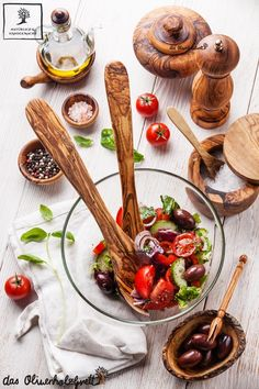 Knackige #Salate und frisches #Sommergemüse sind genau das richtige für dieses Wetter. #Tomate, #Gurke, #Paprika, oder #Zucchini mit #Feta, #Mozzarella oder #Parmesan - schmecken zum #Grillfest, #Picknick und als leichtes #Abendessen auf dem Balkon. Nützliches Equipment zum dekorieren aus #Olivenholz www.olivenholzbrett.com
