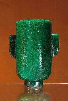 """Carlo Scarpa (1906-1978)  Vase """"a bollicine"""" circa 1935 En verre vert """"Pulegoso"""" finement bullé, à corps cylindrique sur talon. Prises verticales rapportées à chaud. Signature gravée à l'acide """"Venini Murano Ars"""" sous la base. Fabricant/éditeur: Venini, Murano, Italie H. 31,5 cm D. 17 cm"""