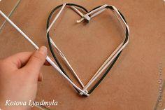 Мастер-класс Поделка изделие Новый год Аппликация Плетение Плетенные сердечки из бумажных трубочек Бумага Клей Краска Ленты Фетр фото 15