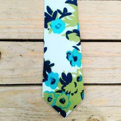 Cravatta bianca con fiorellini azzurri e verdi di PapillonDiSharon su Etsy Floral Tie, Etsy, Accessories, Vintage, Shopping, Vintage Comics, Primitive, Ornament