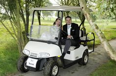 Why not get married in a… golf club? We love this fun wedding picture! Go to our blog for more ideas.