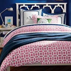 Неожиданное сочетание розовых принтов на постельном белье в спальне, выполненной в синих тонах.