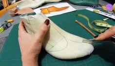 Calzado Artesanal Parte 3 - Traza el diseño. En esta tercer parte del video, la Diseñadora de calzado Alejandra Peláez nos muestra como trazar en proporción el diseño sobre la horma.