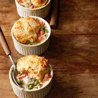 Rachel Ray's Mini Chicken Potpies: I like individual portions/ramekins and recipes that can easily be cut in half to feed smaller families Rachel Ray Recipes, Great Recipes, Favorite Recipes, Casserole Recipes, Chicken Casserole, Main Meals, Love Food, Chicken Recipes, Yummy Food