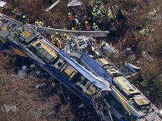 Rettungskräfte stehen an der Unfallstelle des Zugunglücks in Bad Aibling.