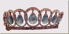 Regalo de Alfonso XIII a su esposa Victoria Eugenia.En  1904 el joyero real Ansorena hizo esta tiara.Cartier hizo mas adelante en 1935 un juego de collar y un broche.