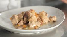 Lo spezzatino di tacchino è un secondo piatto a base di tenera carne bianca rosolata con erbe aromatiche e arricchita da pancetta a dadini e spezie.