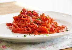 Zucchini-Möhren-Spaghetti in einer Joghurtsauce mit Tomaten und Rote Bete gibt es bei uns ziemlich oft. Neben einer guten Portion Vitamine & Co. tut es der Seele gut. Außerdem liegt es nicht schwer im Magen, was will man mehr? <3