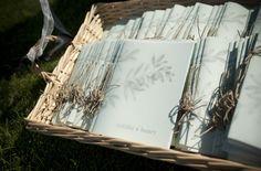 Programa de ceremonia (misal) de la boda de Natàlia y Henry  {fotos, Mireia Cordomi} #papeleriadeboda #weddingstationery #tendenciasdebodas