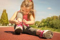 Un petit garçon ingénieux donne son secret pour lacer ses chaussures facilement
