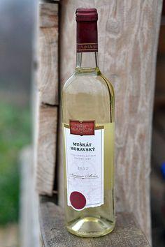 Bílé víno - Muškát moravský Pozdní sběr - Vinum Moravicum a.s. Drinks, Bottle, Drinking, Beverages, Flask, Drink, Jars, Beverage