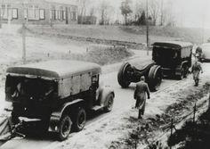Aankomst van het 15e Regiment Artillerie bij de ingang van het Artillerie Schietkamp (ASK) te Oldebroek met een aantal houwitsers 15 cm lang 15 achter Trado-trekkers.
