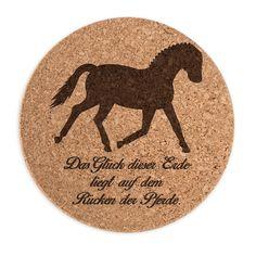 Untersetzer Kork Rund Dressurpferd aus Kork  Natur - Das Original von Mr. & Mrs. Panda.  ##PRODUCTTYPES_DESCRIPTION##    Über unser Motiv Dressurpferd  Jedes Mädchen liebt Pferde und träumt von Ferien auf dem Reiterhof. Ponys und Pferde sind wundervolle Tiere.  Unser Dressurpferd ist nicht für professionelle Reiter oder Reiterstübchen, sondern auch für Pferdeliebhaber und Fans.     Verwendete Materialien  ##MATERIALS_DESCRIPTION##    Über Mr. & Mrs. Panda  Mr. & Mrs. Panda - das sind wir…
