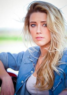 Amber Heard has blond diyed hair lookingmessy long and pushed on the side. Amber Heard Age, Amber Heard Drive Angry, Amber Heard Movies, Amber Head, Nicole Kidman, Beautiful Celebrities, Cut And Color, Johnny Depp, Her Hair