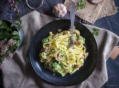 Pyszny i bardzo szybki w przygotowaniu dakron z boczkiem i brokułami w sosie serowym. Doskonały dla całej rodziny w te chłodne dni.