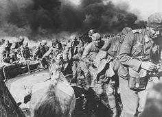 1942, Russie, Korotoyak, Oblast de Voronezh, Des soldats allemands et des POWs russes se déplacent paris les décombres des combats
