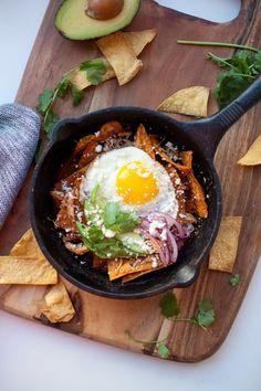 5 Minute Skinny Chilaquiles - Lillie Eats and Tells Fried Egg Recipes, Mexican Food Recipes, Healthy Recipes, Ethnic Recipes, Homemade Chips, Homemade Sauce, Skinny Enchiladas, Macro Friendly Recipes, Macro Recipes