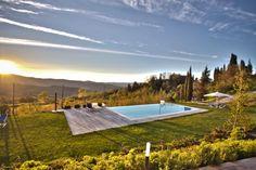 La piscina panoramica sul verde e rilassante paesaggio del #Casentino in provincia di #Arezzo della casa vacanze con #Spa Il Villaggio di Armando a #Capolona