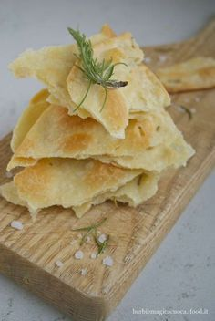 puff pastry with rosemary Veggie Recipes, Gourmet Recipes, Cooking Recipes, Focaccia Pizza, Vol Au Vent, Cooking Bread, Appetisers, Healthy Cooking, Finger Foods