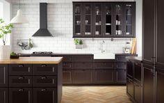 Traditionellt mörkt IKEA kök med bänkskivor i massivt trä och svart samt vitvaror i traditionell stil