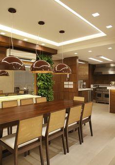 Transformação completa no Leblon Arquiteta remodela apê com elementos rústicos Kitchen Living, Home Decor Kitchen, Kitchen Interior, Kitchen Design, Gypsum Ceiling, Dinner Room, Home Ceiling, False Ceiling Design, Cuisines Design