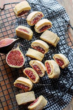 These Floral Shortbread Cookies Are The Prettiest Things You'll Ever Put In Your Body Biscotti Cookies, Yummy Cookies, Fig Cookies, Happiness Recipe, Italian Cookies, Food Humor, Mini Desserts, Pinterest Recipes, Food Inspiration