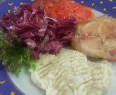 Almoço de hoje: frango assado  purê de couve-flor (low carb) e salada de alface crispi  radichio roxo e tomate. #alquimiafuncional #orgânicos #lowcarb by sandra_araujo_silveira