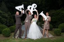 Trouwfoto letters. Grote witte letters zijn vooraf ook leuk om te gebruiken bij de trouwfoto reportage. Nadien te gebruiken als gastenboek. Wedding Couples, Wedding Photos, Couple Photography, Wedding Inspiration, Wedding Ideas, Marriage, Insulation, Cnc, Photo Ideas