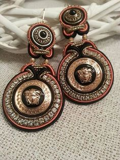 Soutache Ohrringe (soutache earrings) mit Knopf Tasten, Versace Medusa Head. Gold Medusenhaupt und schwarzer Emaille von BeadStArt auf Etsy