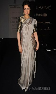Tisca Chopra went the desi route in a metallic coloured sari on Day 3 at the Lakme Fashion Week Winter/Festive Raw Silk Saree, Satin Saree, Silk Sarees, Pakistani Outfits, Indian Outfits, Sari Bluse, Indische Sarees, Grey Saree, Indian Look