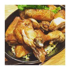 女子校のクラス会で肉を貪る。  #東京 #日本 #丸の内 #肉 #夕飯 #ディナー #チキン  #yummy #iphoneonly #food #eating #tokyo #japan #meat #dinner #delicious #foodporn #foodstagram #chicken