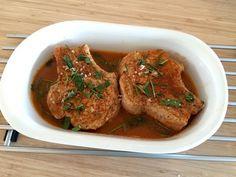 Svinekotelet med skaft, der er langtidsstegt i ovnen, er noget af det lækreste kød til aftensmaden. Her lavet med en smagfuld sky af kyllingefond, salvie og rosmarin. Du skal bruge (svinekotelet ti…